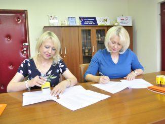 burmistrz Zawichostu i skarbnik podpisują porozumienie